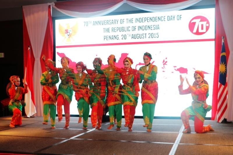 Tarian tarek pukat di acara resepsi kenegaraan RI ke 70 di Pulau Penang (Foto IST)