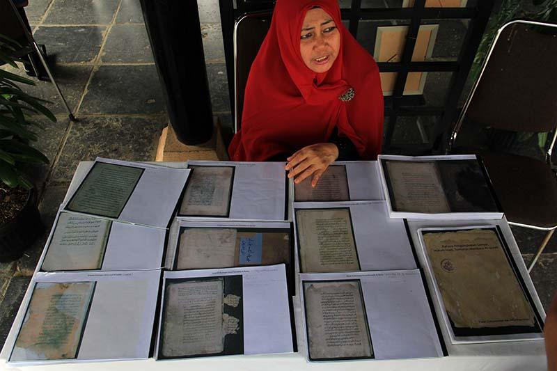Direktur PDIA menjelaskan beberapa naskah kuno abad ke-17 acara 100 tahun museum Aceh (Foto M Iqbal/SeputarAceh.com)