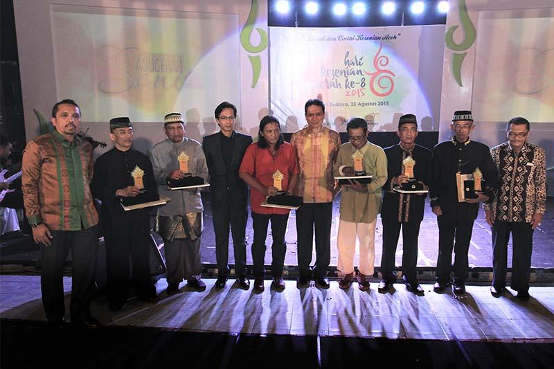 Foto bersama para penerima Anugerah Seni Aceh ke-8 dalam rangka Hari Kesenian Daerah di gedung Taman Budaya, Banda Aceh (Foto M Iqbal/SeputarAceh.com)