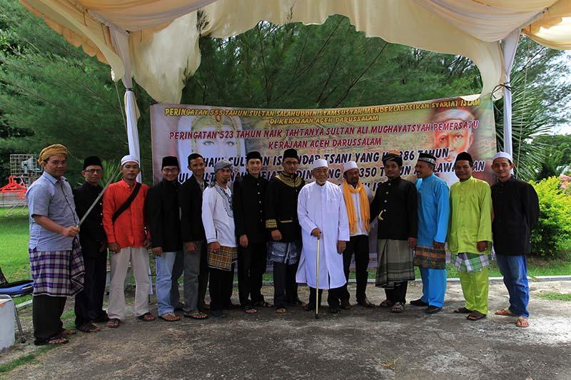 LSM Sejarah Adat dan Budaya Aceh foto bersama di komplek Gunongan, Banda Aceh (Foto M Iqbal/SeputarAceh.com)