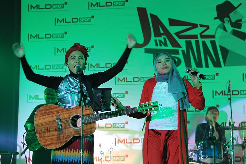 Lala Karmela bersama band lokal Aceh tampil perdana acara MLD-Spot Jazz In Town di Ballroom Hermes Hotel, Banda Aceh (Foto M Iqbal/SeputarAceh.com)