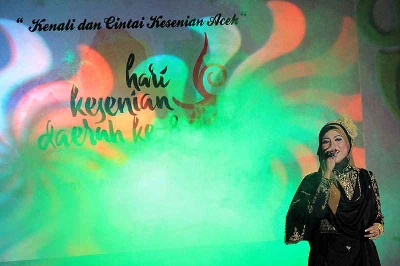 "Liza Aulia penyanyi Aceh tampil dalam acara malam Anugerah Seni Aceh ke-8 bertajuk ""Kenali dan Cintai Kesenian Aceh (Foto M Iqbal/SeputarAceh.com)"