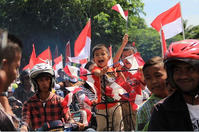 Pengendara becak merayakan acara HUT RI ke-70 di lapangan Blang Padang (Foto M Iqbal/SeputarAceh.com)