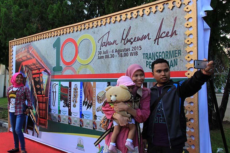 Pengunjung berfoto selfie di boot acara 100 tahun museum Aceh (Foto M Iqbal/SeputarAceh.com)