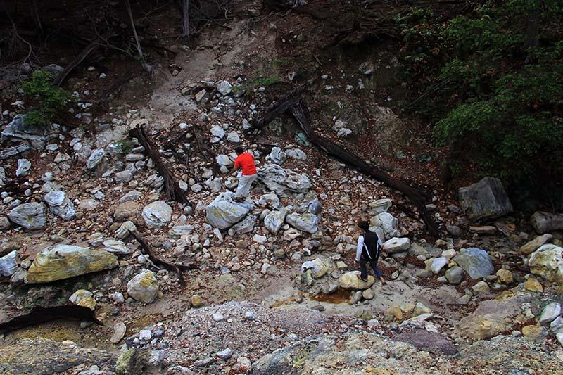 Pengunjung melewati bebatuan volkano Jaboi Sabang (Foto M Iqbal/SeputarAceh.com)