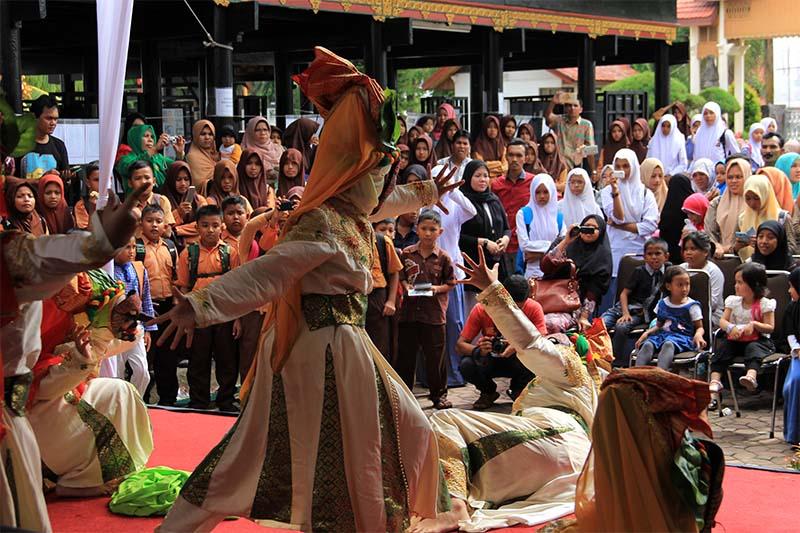 Pengunjung melihat tarian di panggung acara 100 tahun museum Aceh (Foto M Iqbal/SeputarAceh.com)
