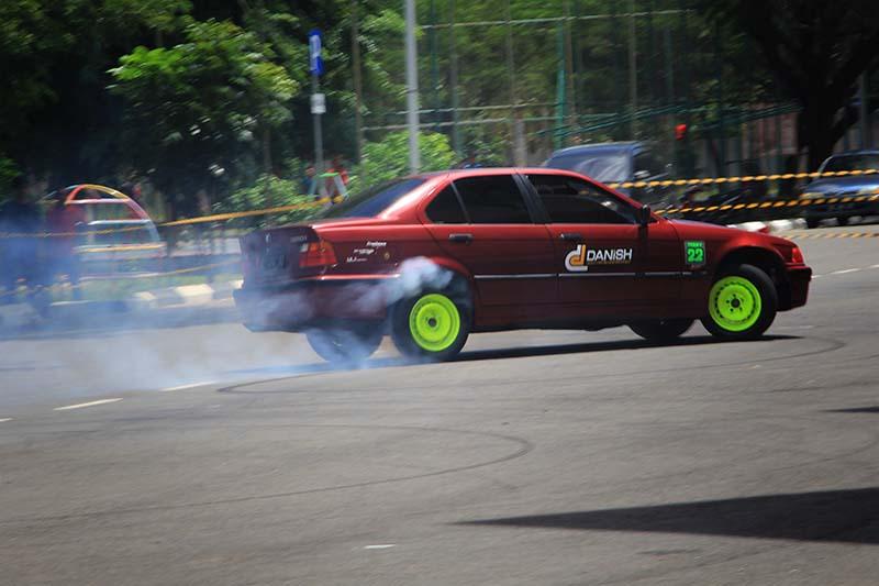 Peserta kontes melakukan teknik burnout acara TKCI gelar Car Meet Up Merah Putih di pelataran parkir Stadion Harapan Bangsa, Banda Aceh (Foto M Iqbal/SeputarAceh.com)