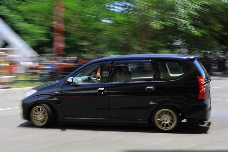Peserta kontes melakukan teknik slalom menggunakan mobil MPV standar acara TKCI gelar Meet Up Merah Putih di pelataran parkir Stadion Harapan Bangsa, Banda Aceh (Foto M Iqbal/SeputarAceh.com)