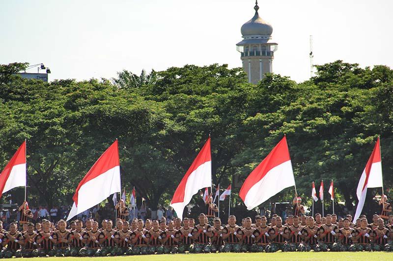Prajurit Kodam Iskandar Muda membawakan Tari Saman Massal acara HUT RI ke-70 tahun di lapangan Blang Padang (Foto M Iqbal/SeputarAceh.com)