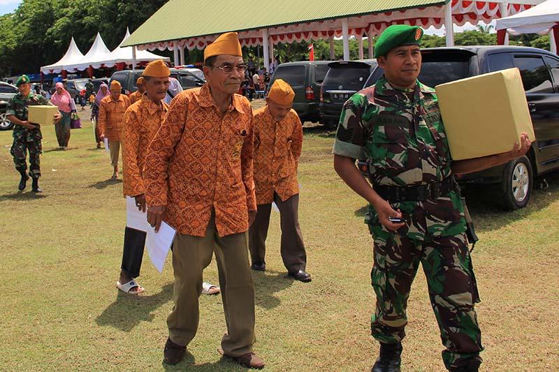Veteran pejuang kemerdekaan RI hadir menerima sejumlah penghargaan dan bantuan acara HUT RI ke-70 di Blang Padang (Foto M Iqbal/SeputarAceh.com)