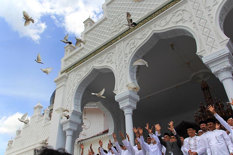 Wali Nanggroe, Gubernur Aceh, Pangdam, Kapolda dan tokoh masyarakat Aceh melakukan pelepasan burung merpati sebagai simbolis 10 Tahun Perdamaian Aceh (Foto M Iqbal/SeputarAceh.com)