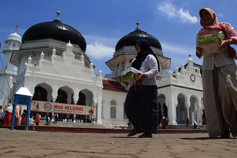 Warga membawa nasi kotak setelah usai acara 10 Tahun Perdamaian Aceh (Foto M Iqbal/SeputarAceh.com)