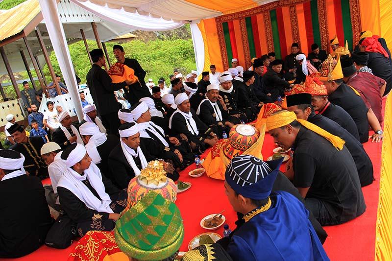 Acara Seumeuleung Raja dihadiri para Majelis Zikrullah Aceh, keturunan Sultan Aceh dan tokoh pejabat lainnya, di Balee Astaka Diraja, Gampong Gle Jong, Lamno, Aceh Jaya (Foto M Iqbal/SeputarAceh.com)