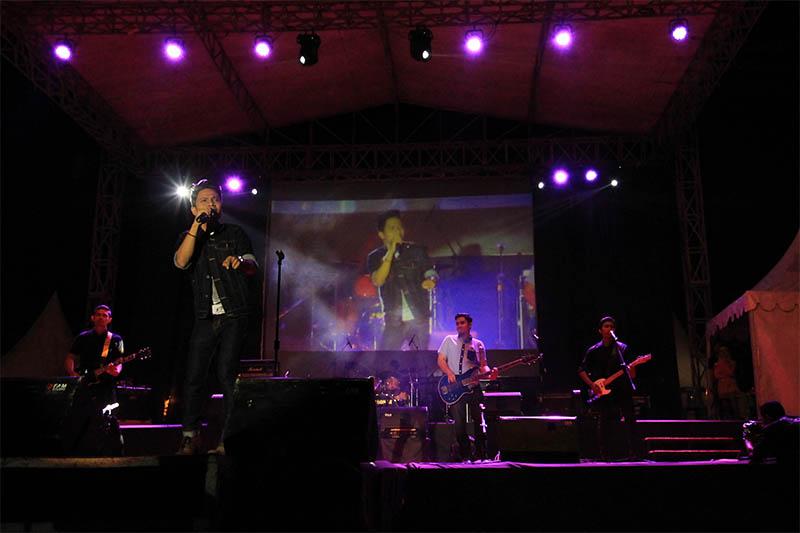 Amoba Band tampil dalam acara Piasan Seni 2015 di Taman Sari, Banda Aceh (Foto M Iqbal/SeputarAceh.com)
