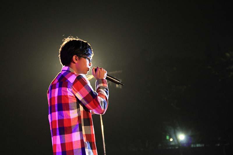 Aurez tampil menyanyikan lagu 'Aceh Lon Sayang' dalam Eksibisi Taman Sulthanah Safiatuddin, Banda Aceh (Foto M Iqbal/SeputarAceh.com)