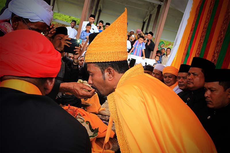 Khadam menyuap keturunan Raja Daya di Balee Astaka Diraja, Gampong Gle Jong, Lamno,Aceh Jaya (Foto M Iqbal/SeputarAceh.com)