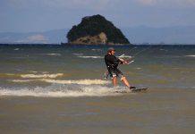 Kitesurfer melakukan olah raga air selancar layang (kitesurfing) di dekat Pulau Tuan, Aceh Besar (Foto M Iqbal/SeputarAceh.com)