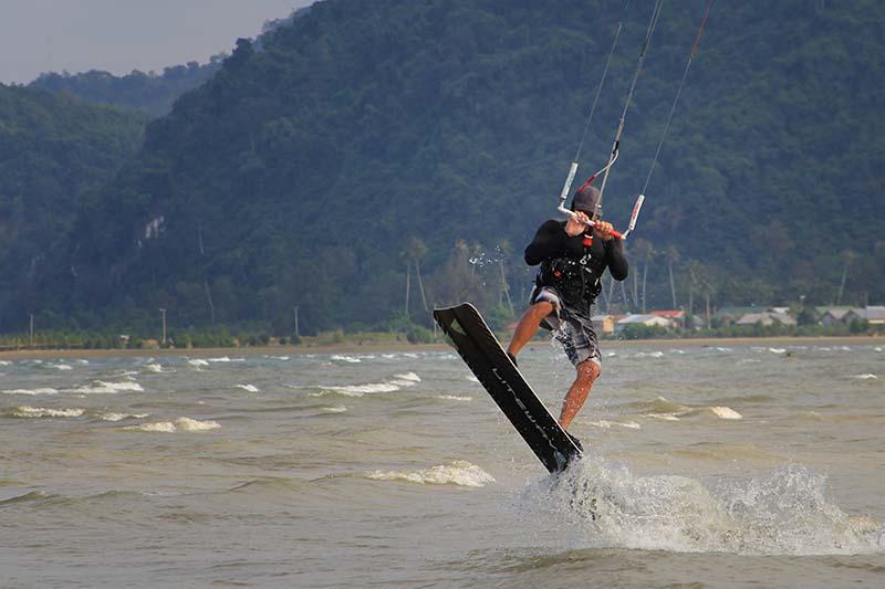 Kitesurfer mengangkat skateboard bersamaan ketika angin kencang meniup layangnya di pantai Ujung Pancu, Aceh Besar (Foto M Iqbal/SeputarAceh.com)