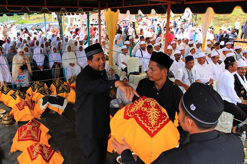 Panitia acara Seumeuleung Raja mempersiapkan hidangan Bu Takeh (Foto M Iqbal/SeputarAceh.com)