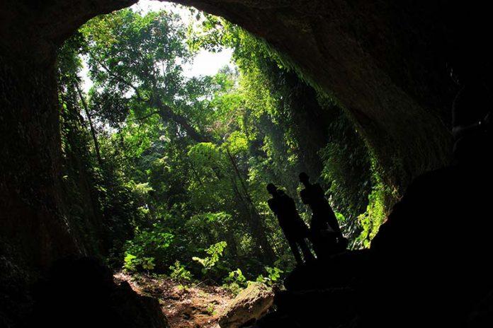 Pengunjung berdiri di depan pintu masuk Gua Kelelawar, Gampong Iboih, Sabang (Foto M Iqbal/SeputarAceh.com)