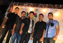 Personil Amoba Band foto bersama di both acara Piasan Seni 2015 (Foto M Iqbal/SeputarAceh.com)