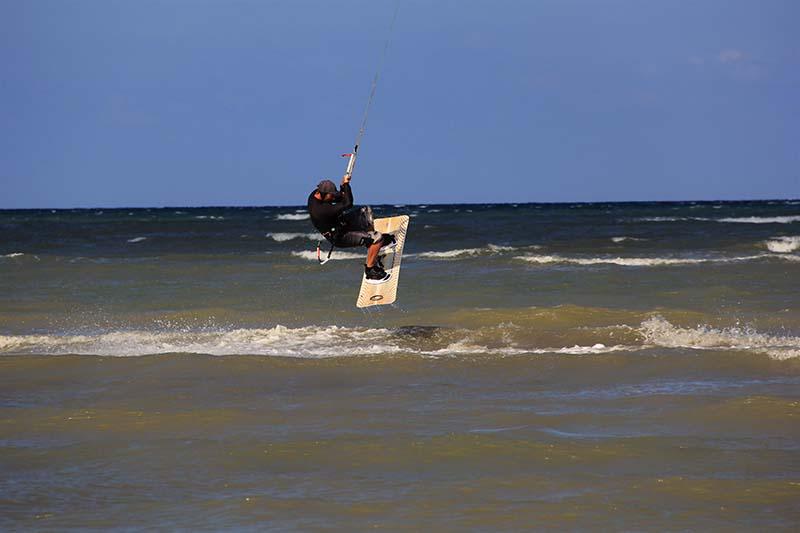 Peselancar layang melakukan olah raga kitesurfing di pantai Ujung Pancu, Aceh Besar (Foto M Iqbal/SeputarAceh.com)