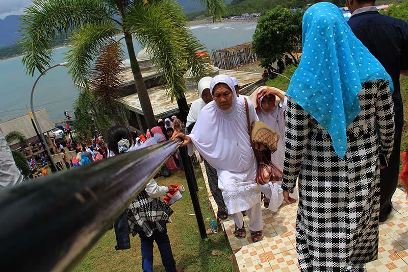 Sejumlah warga datang menziarahi makam Sultan Alaiddin Riayat Syah (Po Teumeureuhom) di Gampong Gle Jong, Lamno, Aceh Jaya (Foto M Iqbal/SeputarAceh.com)