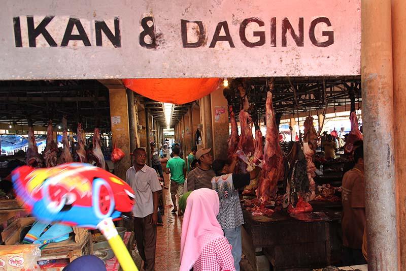 Suasana pasar Lambaro ketika di hari meugang (Foto M Iqbal/SeputarAceh.com)