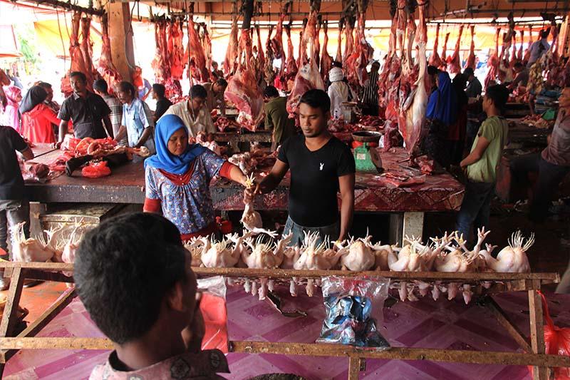 Warga membeli ayam potong ketika meugang di pasar Lambaro, Banda Aceh (Fotot M Iqbal/SeputarAceh.com)