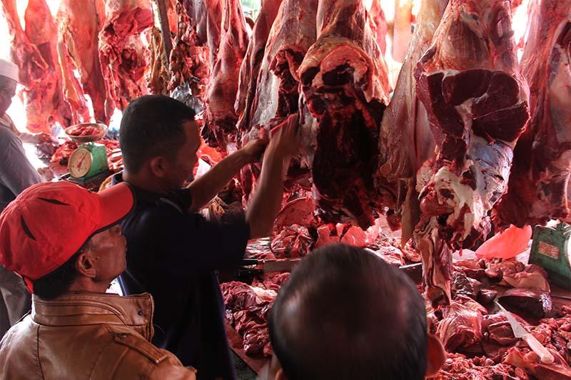 Warga membeli daging lembu seharga 140000 rupiah perkilogramnya ketika meugang di pasar Lambaro, Banda Aceh (Foto M Iqbal/SeputarAceh.com)