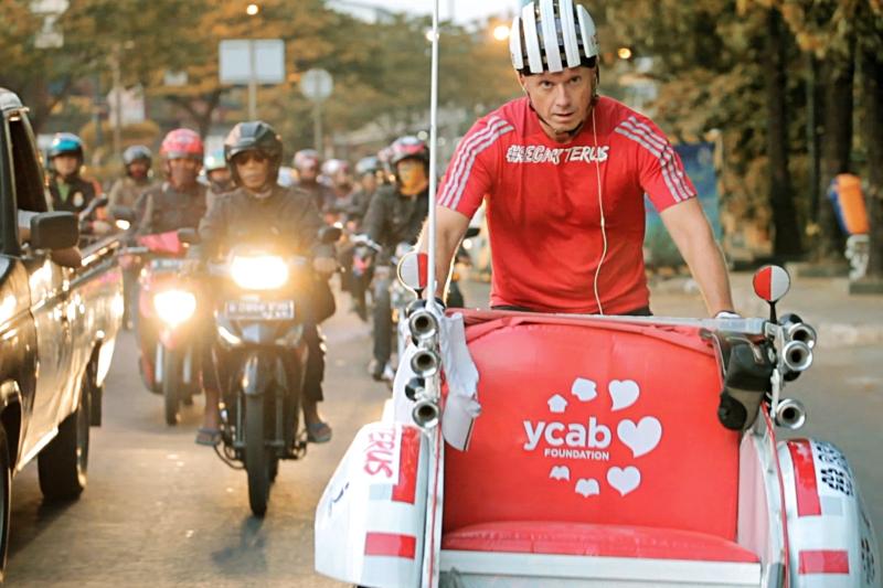 YCAB_Scott Thompson becak terus dari Aceh hingga Jakarta