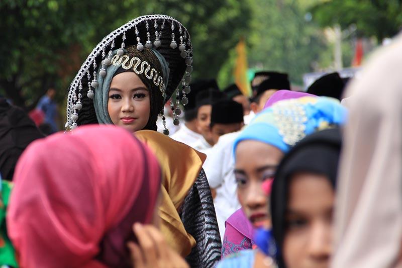 Peserta pawai 1 Muharram 1437 H, memakai topi hias, acara Aceh Hijriah Carnival, Banda Aceh (Foto M Iqbal/SeputarAceh.com)