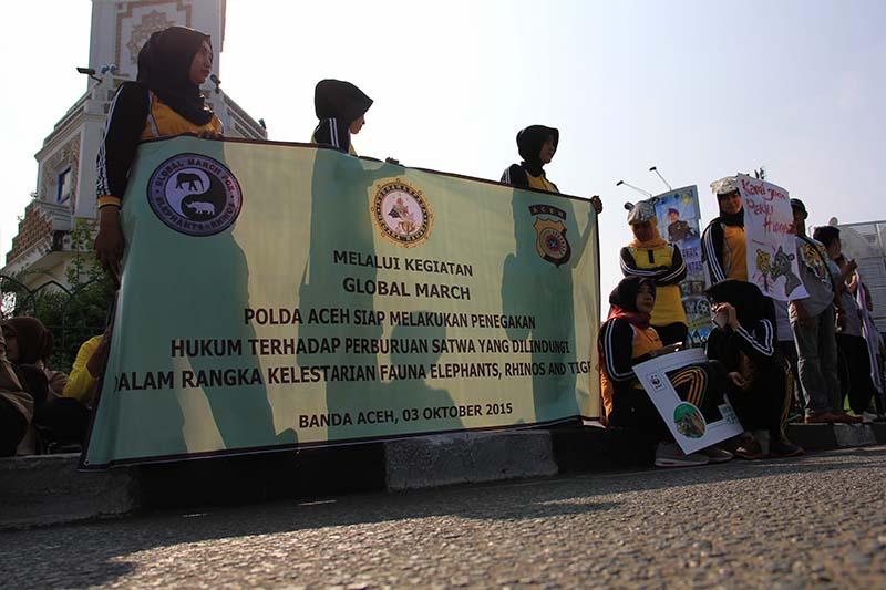 Polisi Wanita dari Polda Aceh melakukan aksi Parade Global untuk Gajah, Badak, dan Harimau di Simpang Lima, Banda Aceh. (Foto M Iqbal/SeputarAceh.com)