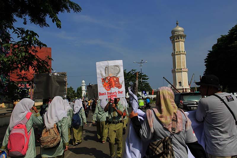 Siswa Labschool Unsyiah melakukan aksi Parade Global untuk Gajah, Badak dan Harimau di Banda Aceh. (Foto M Iqbal/SeputarAceh.com)