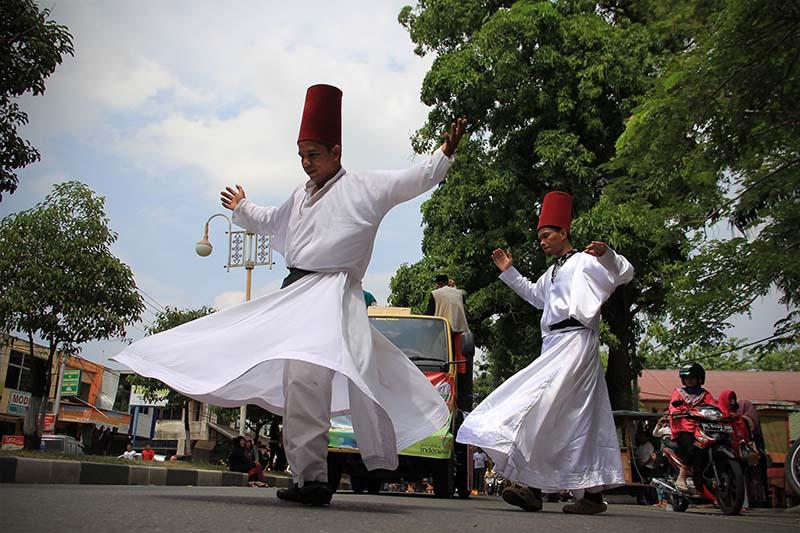 Tari Sufi Turki meriahkan pawai 1 Muharram 1437 H, acara Aceh Hijriah Carnival, Banda Aceh (Foto M Iqbal/SeputarAceh.com)