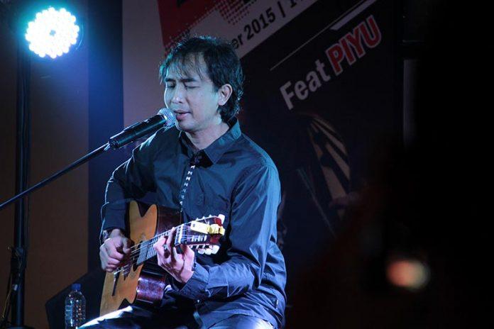 Lead gitar grup musik Padi, Piyu tampil dengan gitar akustik membawakan lagu 'Kasih Tak Sampai' di Voz Coffee, Banda Aceh (Foto M Iqbal/SeputarAceh.com)