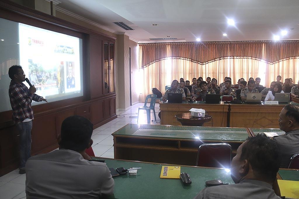 Pozan Matang menyampai materi pengelolaan website Tribratanewsaceh.com Senin (09/11/2015) di Aula Machdum Sakti lantai III Mapolda Aceh.