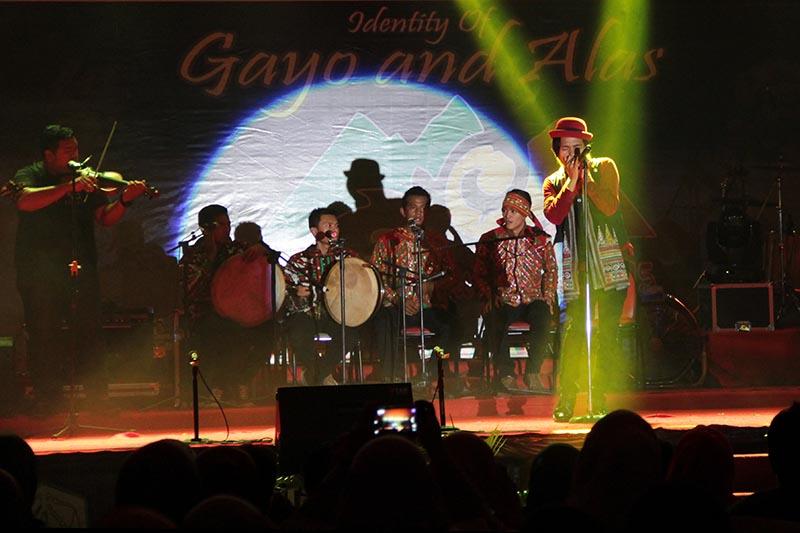 Musisi asal Gayo, Ervan Ceh Kul membawakan lagu etnis 'Muniru' acara Gayo Art Summit 2015 di gedung AAC Dayan Dawood, Banda Aceh