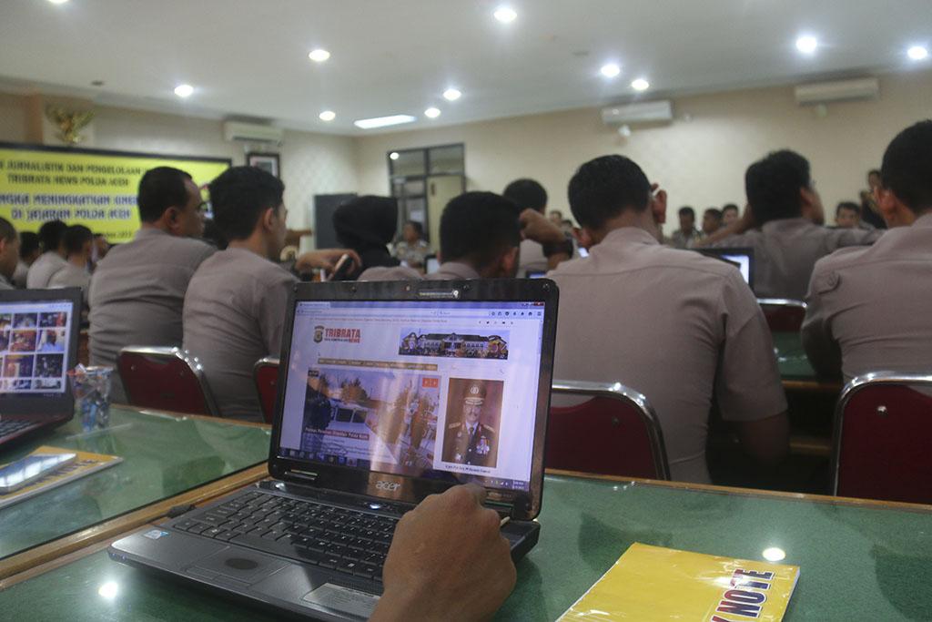 Sosialisasi jurnalistik dan pengelolaan website Tribratanewaceh.com di Aula Machdum Sakti, Polda Aceh, Senin dan Selasa (9-10/11/2015).
