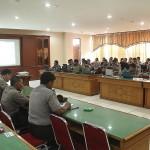 Ariadi B Jangka memberi materi dasar-dasar penulisan berita menurut kaidah jurnalistik, Senin dan Selasa (9-10/11/2015).