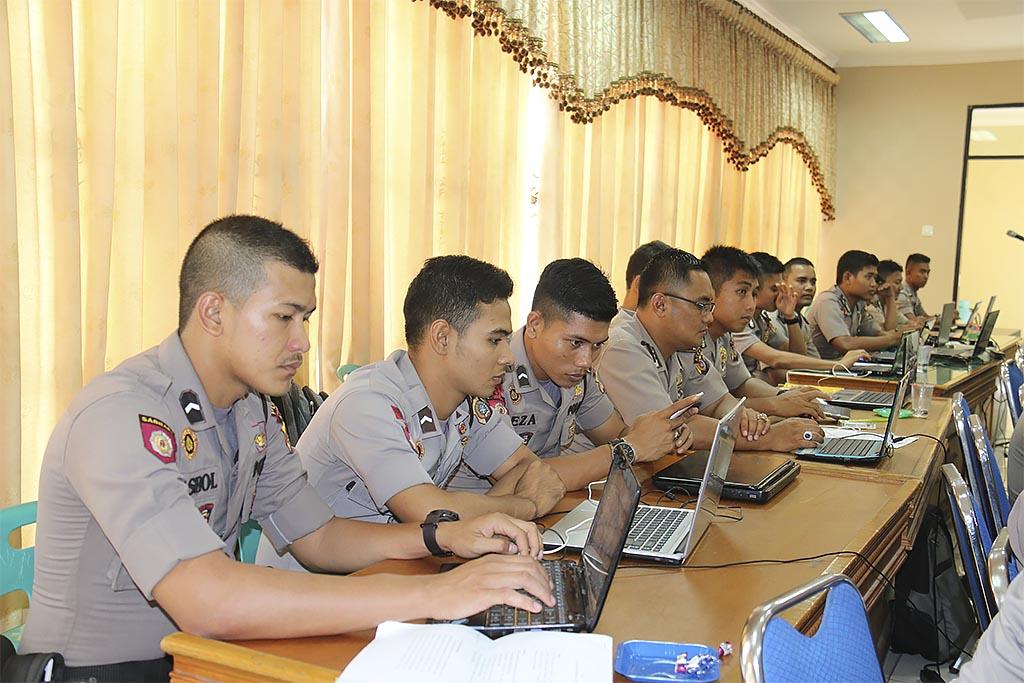 Polisi mengikuti pelatihan jurnalistik dan pengelolaan web site di Aula Machdum Sakti, Senin (10/11/2015) Foto : Bid Humas Polda Aceh.