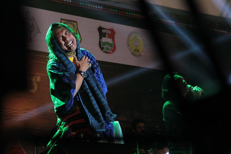 Penampilan Fikar W Eda membacakan puisi acara Gayo Art Summit 2015 di gedung AAC Dayan Dawood, Banda Aceh