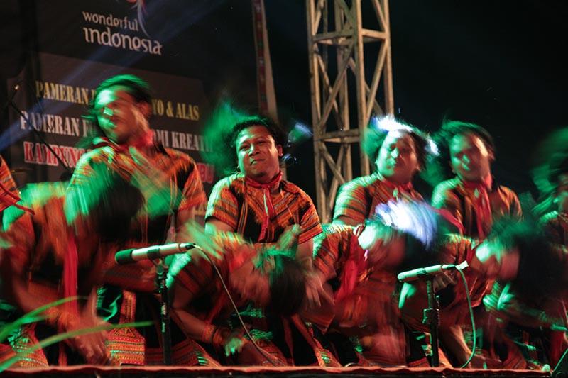 Penampilan Tari Saman 'Gondrong' acara Gayo Art Summit 2015 di gedung AAC Dayan Dawood, Banda Aceh