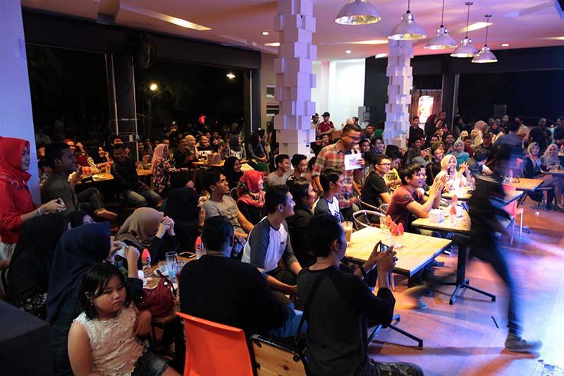 Penggemar bernostalgia dengan beberapa lagu hitnya Piyu gitaris grup musik Padi (Foto M Iqbal/SeputarAceh.com)