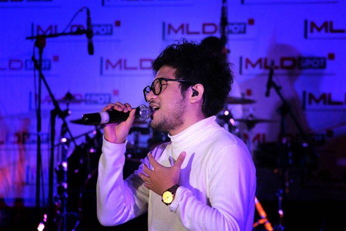 Penyanyi Jazz Kunto Aji membawakan lagu hitsnya 'Terlalu Lama Sendiri' acara MLD-Spot Jazz In Town di Ballroom Hermes Hotel, Banda Aceh (Foto M Iqbal/SeputarAceh.com)