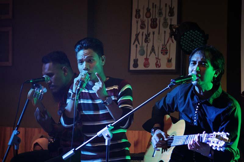 Vokalis Amoba Band tampil bersama musisi Piyu lead gitar grup musik Padi di Voz Coffee, Banda Aceh (Foto M Iqbal/SeputarAceh.com)