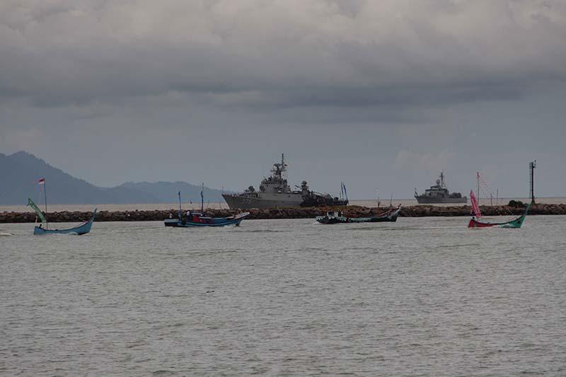 Atraksi kapal perang TNI-AL acara Hari Nusantara 2015 di perairan Lampulo, Banda Aceh (Foto M Iqbal/SeputarAceh.com)