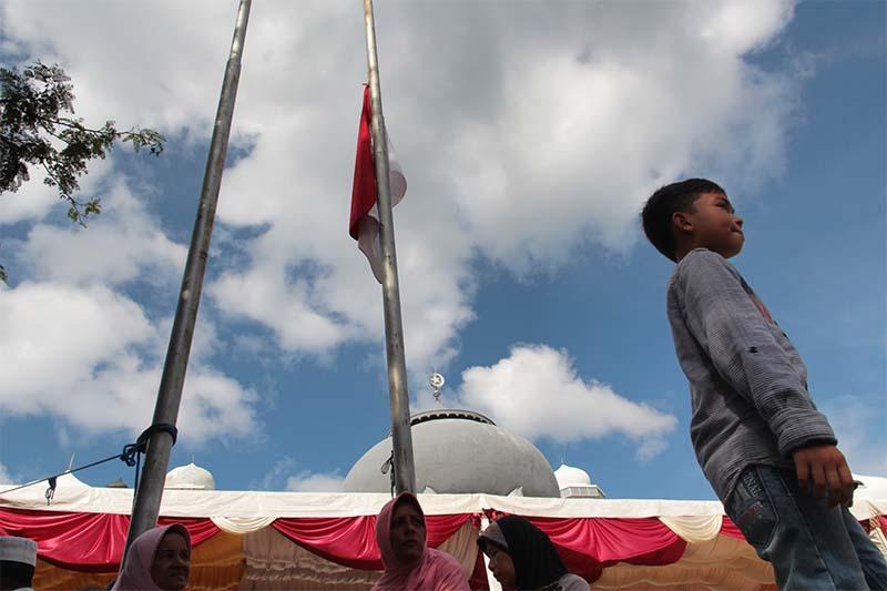 Bendera Merah Putih dinaikkan setengah tiang mengenang acara peringatan 11 tahun tsunami di Masjid Rahmatullah, Lampuuk, Aceh Besar (Foto M Iqbal/SeputarAceh.com)