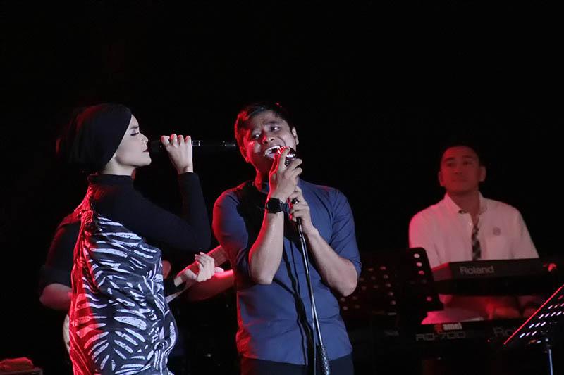 Citra Scholastika tampil duet dengan Gerry band lokal Aceh dalam acara Jazz In Town di Ballroom Hermes Hotel, Banda Aceh (Foto M Iqbal/SeputarAceh.com)