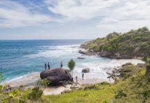 Selain terlihat pantai yang biru dan butiran pasir yang putih, kita juga akan menemukan bebatuan. (Foto Hendra Murdani/SeputarAceh.com)